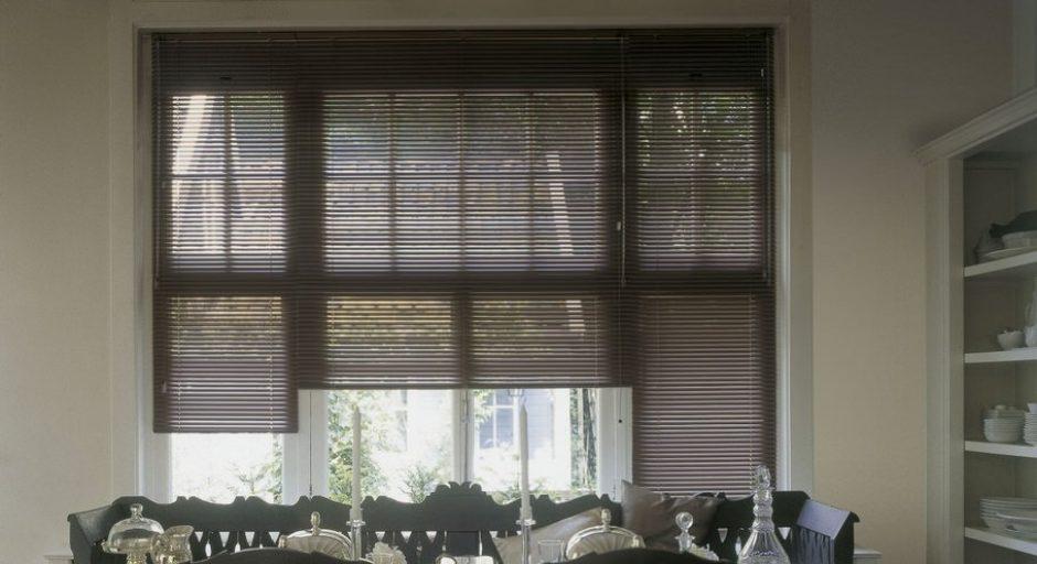 Горизонтальные алюминиевые жалюзи HOLIS в интерьере.